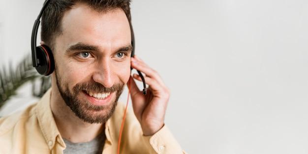 Man met hoofdtelefoon online klasse bijwonen