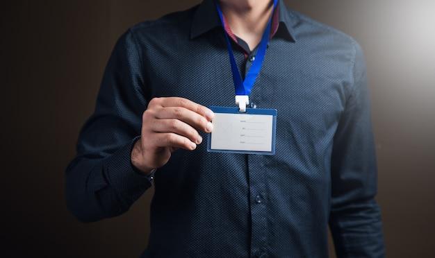 Man met id-tag op bruin oppervlak