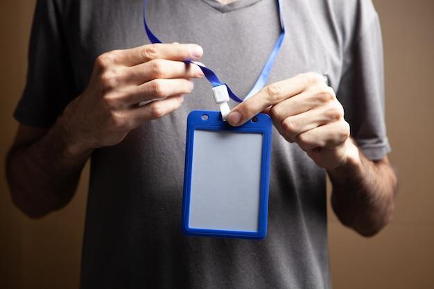 Man met id-tag op bruine achtergrond