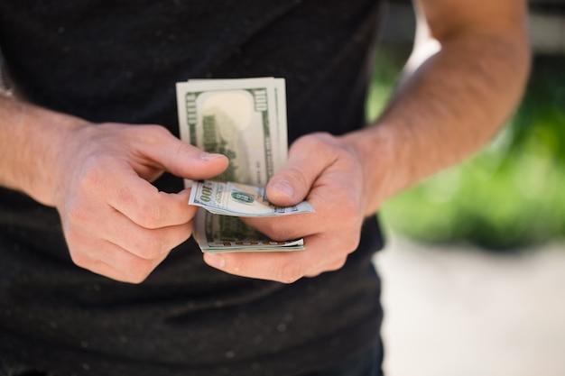 Man met in handen dollar