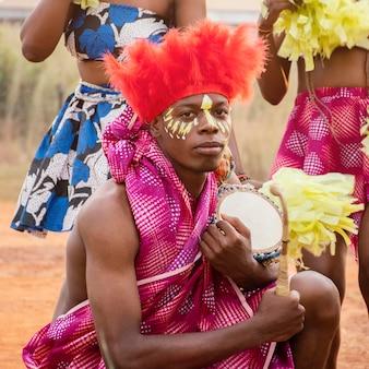 Man met instrument op carnaval