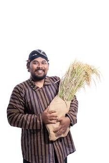 Man met javaanse traditionele lurik shirt met rijstkorrels