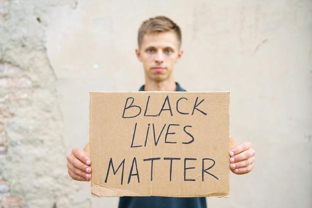 Man met karton met de inscriptie, zwart leven heeft waarde