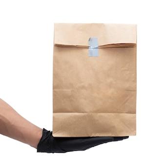Man met kartonnen doos en medicinale handschoenen. gezondheidszorg concept.