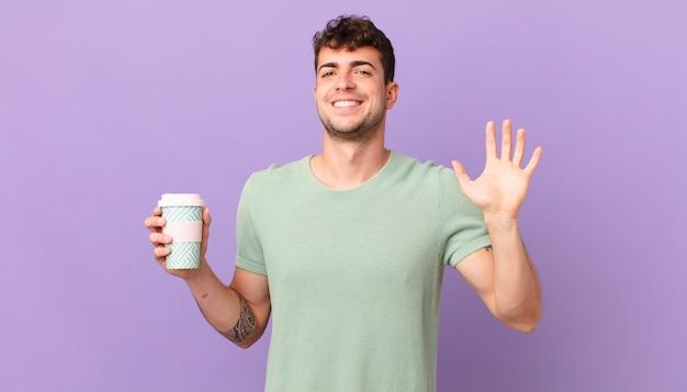 Man met koffie die vrolijk en vrolijk lacht, met de hand zwaait, je verwelkomt en begroet, of afscheid neemt