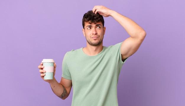 Man met koffie die zich verbaasd en verward voelt, hoofd krabt en opzij kijkt