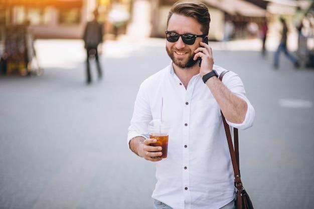Man met koffie en telefoon