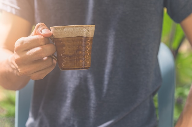 Man met koffiekopje. concept koffie liefde.