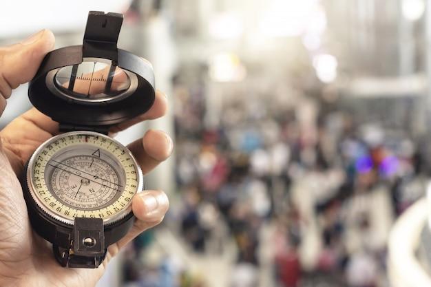 Man met kompas op onscherpe achtergrond. voor activiteitenlevensstijl