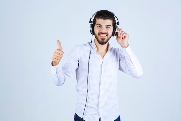 Man met koptelefoon en genieten van de muziek