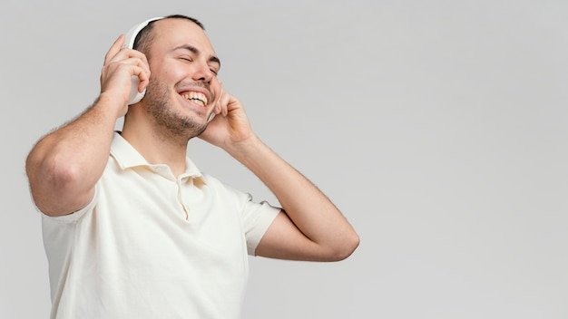 Man met koptelefoon lachen