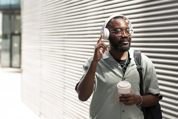 Man met koptelefoon medium shot