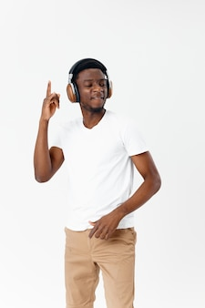 Man met koptelefoon witte tshirt emoties moderne stijl lichte achtergrond