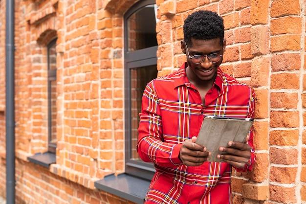 Man met kort haar lezen van zijn tablet