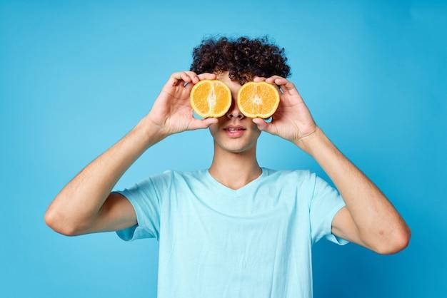 Man met krullend haar fruit studio close-up emoties