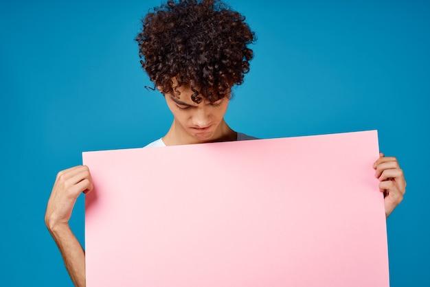 Man met krullend haar met roze postermodel