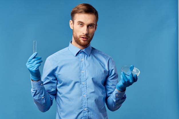 Man met laboratoriumapparatuur