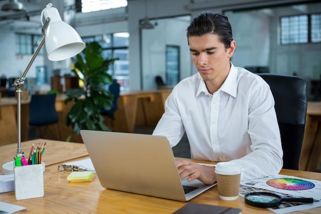 Man met laptop aan balie