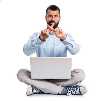 Man met laptop doet geen gebaar