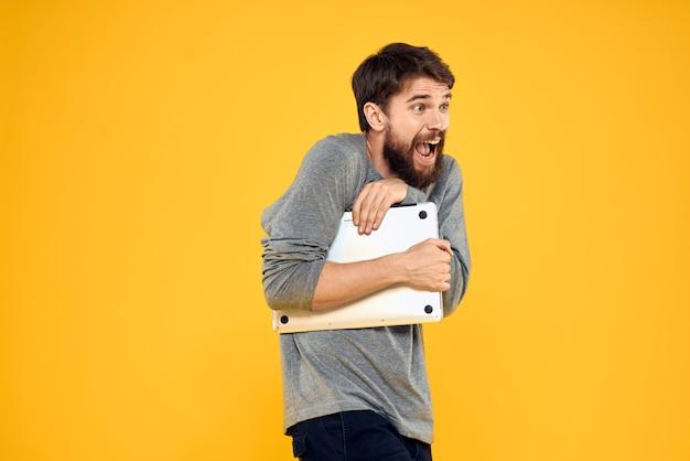 Man met laptop draadloze technologie internet levensstijl werk geel