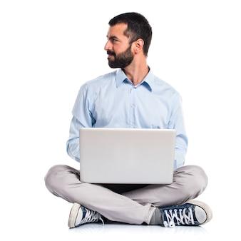 Man met laptop naar beneden kijken