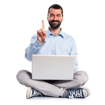 Man met laptop tellen een