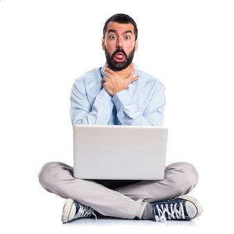 Man met laptop verdrinken zichzelf