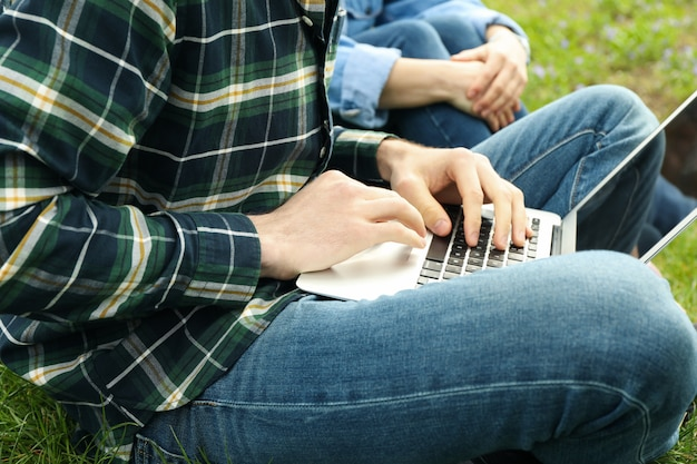 Man met laptop werkt in park. buitenwerk