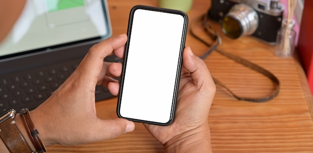 Man met leeg scherm mobiele slimme telefoon