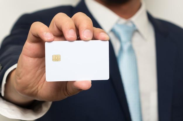 Man met lege creditcard bedrijf