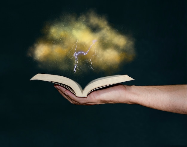 Man met magisch boek met hand