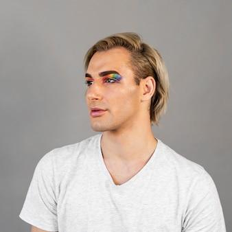 Man met make-up cosmetica en wegkijken