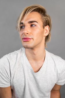 Man met make-up cosmetica