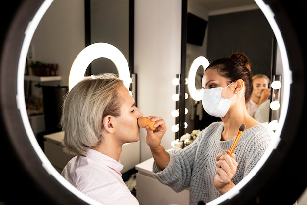 Man met make-up in de schoonheidssalon