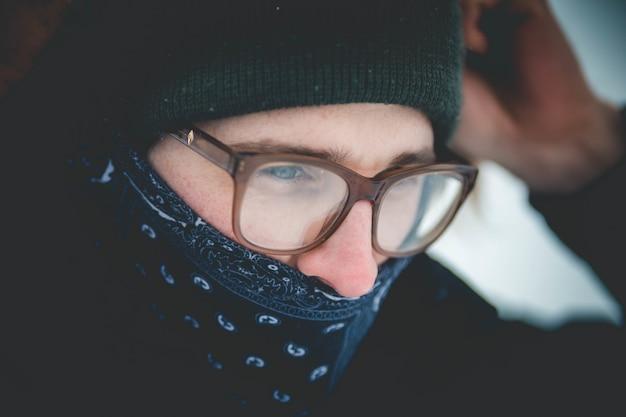 Man met masker en bril