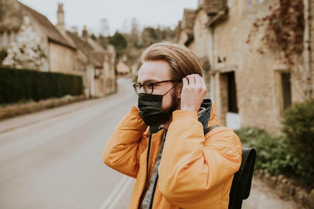 Man met masker in het nieuwe normale dorp