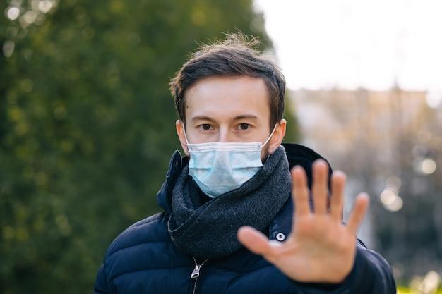 Man met masker voor bescherming. wereldwijde oproep om thuis te blijven