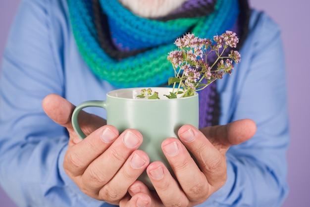 Man met medicijnen thee koude griep gezondheid thee geneeskunde zieke man drink thee geneeskunde behandeling gezondheidszorg