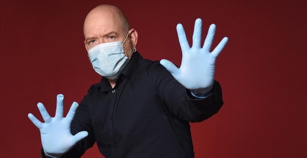 Man met medisch masker stopbord op rode achtergrond