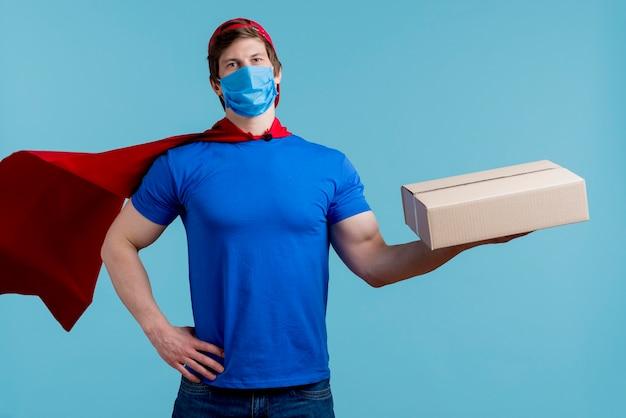 Man met medische masker houden doos