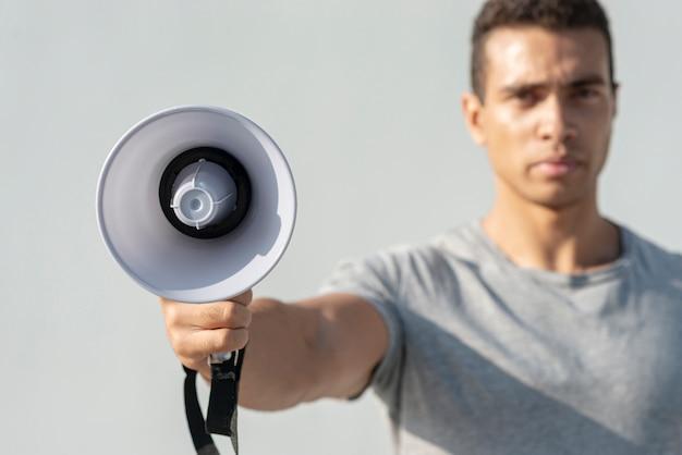 Man met megafoon voor demonstratie