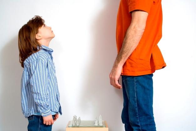 Man met meisje door schaakbord