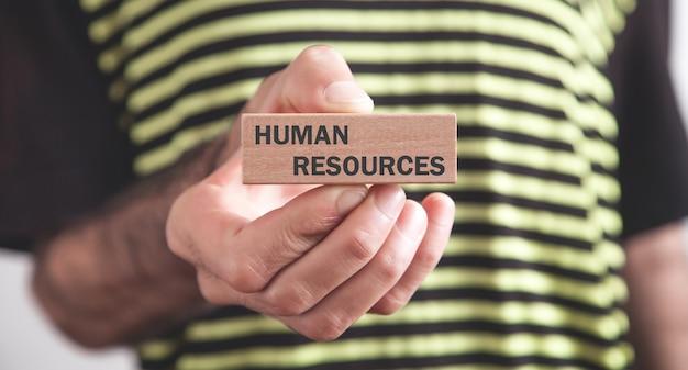 Man met menselijke hulpbronnen tekst op houten blok.