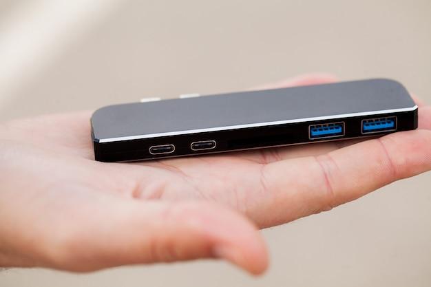 Man met mini-adapter voor laptops en flash-geheugen