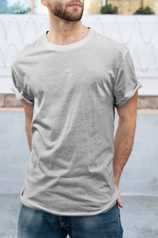 Man met minimale grijze t-shirt mode kleding outdoor shoot