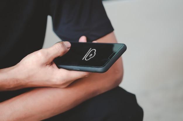 Man met mobiele telefoon wolk pictogram. de sociale netwerktoepassing online downloaden.