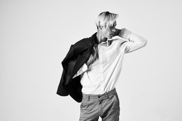 Man met modieus kapsel in wit overhemd jasje moderne levensstijl