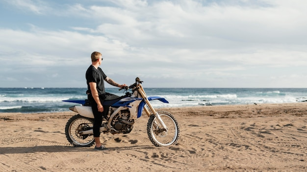 Man met motorfiets in hawaï