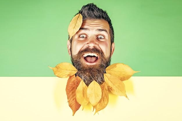Man met natuurlijke gele herfstbladeren baard