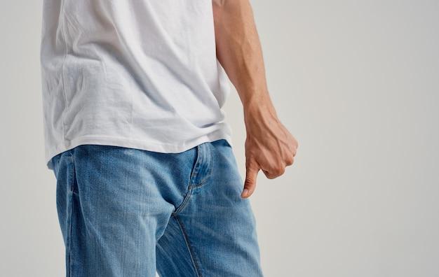 Man met negatief gebaar met handproblemen met geslachtsdelen